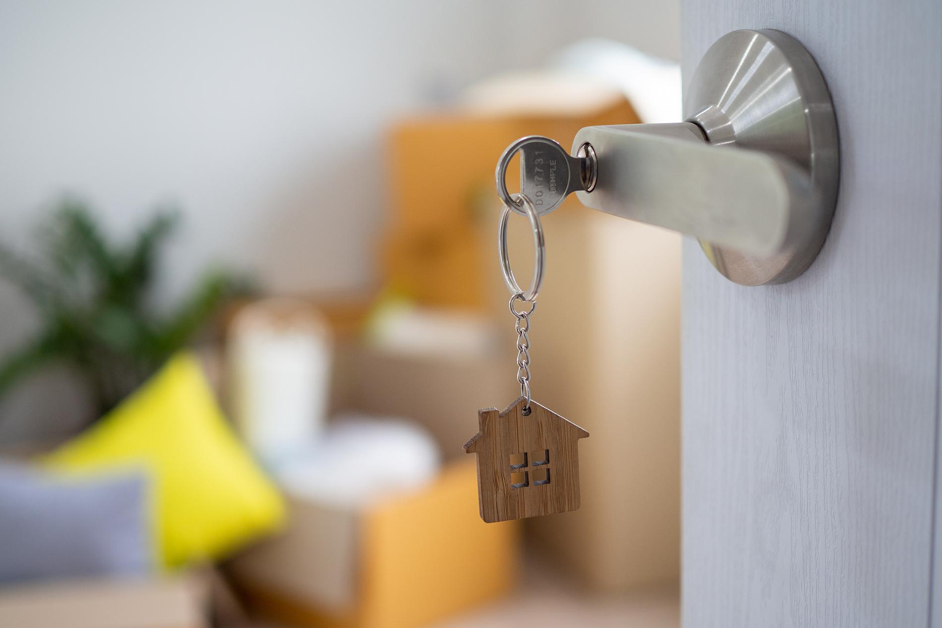 A maior parte dos brasileiros mora principalmente em casas e em imóveis próprios, já pagos!