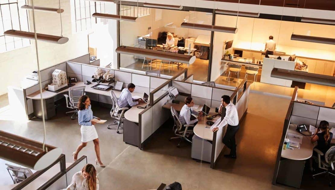 Empresas planejam retornar ao trabalho presencial e híbrido este ano